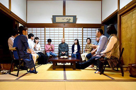 ボウズ・カフェで、和尚と参加者の話が会場を包む