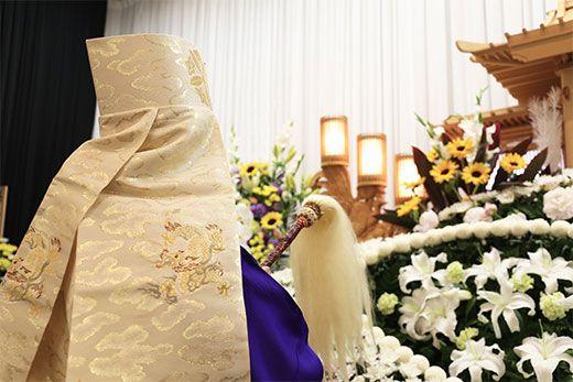 祭壇の前で法要を行う和尚