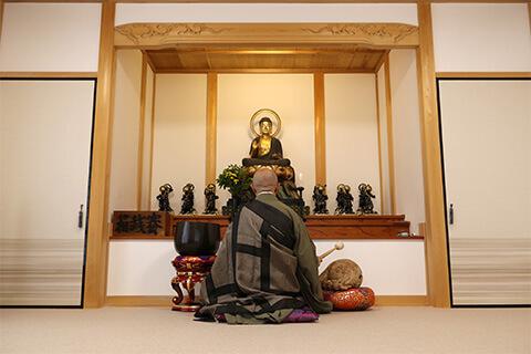 祭壇に向かう和尚